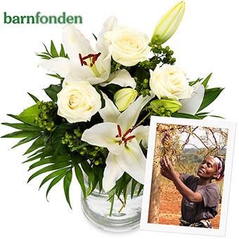 Bukett med vita liljor och rosor tillsammans med grönt. 100 kr går till Barnfondens arbete med att plantera moringaträd i Afrika. Ett alternativ hos Euroflorist.