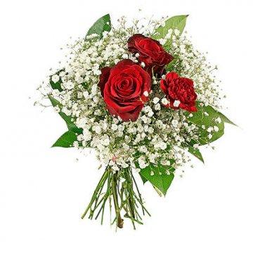 Vacker bukett med två röda rosor, en röd nejlika, vit brudslöja och gröna blad. Skicka blommorna med ett blombud från Florister i Sverige!