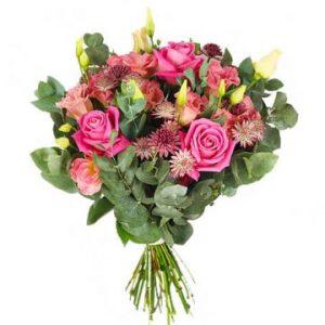 Bukett med rosa rosor, rosa snittblommor och gröna blad. Beställ ett blomsterbud hos Florister i Sverige och sprid glädje på Mors Dag!