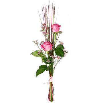 Enkel bukett med två rosor i nivå tillsammans med grönt och dekorationspinnar. Skicka buketten med ett bud från Florister i Sverige!