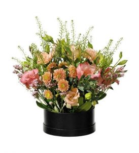 Rund box med nejlikor, prärieklockor och santini. i rosa och grönt. Beställ boxen online hos Interflora!