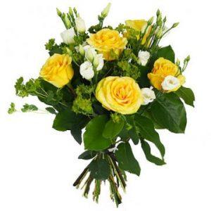 Bukett med gula rosor och småblommigt vitt. Blommorna hittar du hos Florister i Sverige.