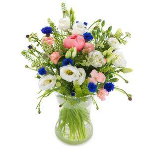 """Sommarbukett med blandade blommor i rosa, vitt och blått. Beställ """"Sommarglädje"""" i Euroflorists e-shop - skicka med blombud!"""