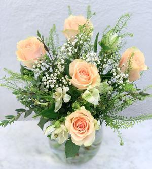 Bukett med rosor, brudslöja, alstromeria och eucalyptus. Rosorna går i aprikost. Beställ ett blomsterbud hos Made4y.se och gör någon glad!