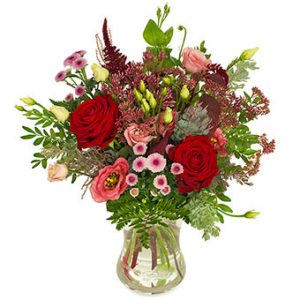 Bukett med röda rosor och matchande, blandade blommor. En sober bukett från Euroflorist.