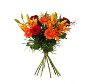 Fantastisk bukett med blommor i rött och orange. Beställ ditt blomsterbud i Interfloras e-butik.