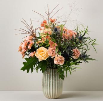 Höstbukett med krysantemum, alstroemeria, nejlika, tistel och gräs. Beställ ditt blomsterbud online hos Interflora, så fixar de leverans hem till mottagarens dörr.