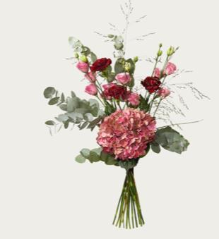 Bukett med En stilfull bukett med rosa hortensia, vinröda nejlikor, prärieklockor och gröna blad. En stilfull bukett, finns hos Interflora.