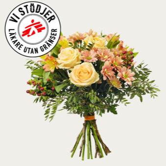 Blombukett med rosor, alstroemeria, storblommig krysantemum, hypericum och grönt. Skicka blommorna med bud via Interflora!
