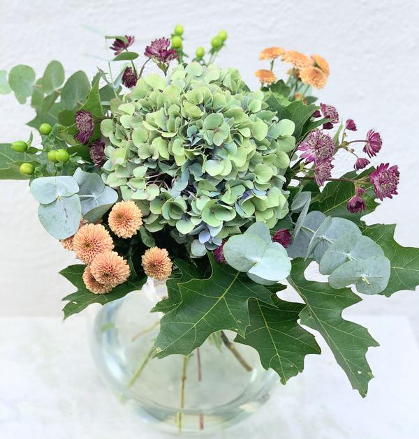 Höstbukett med astrantia, santini, hyperikum, eucalypthus och ekblad. Skicka blommor med bud via Made4y.se!