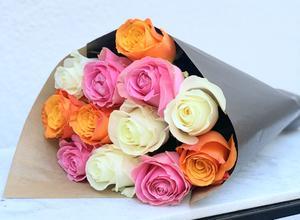 Mix av rosor, 12 st - här orange, rosa och vita rosor. Skicka blommorna med bud via Made4y.se!