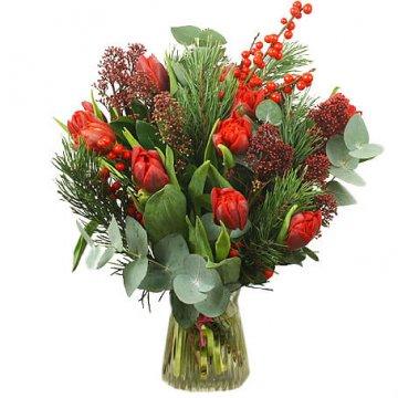 Julbukett med röda tulpaner, ilexbär och grönt. Variationer förekommer. Skicka din blomstrande julgåva via Florister i Sverige - beställ enkelt online.