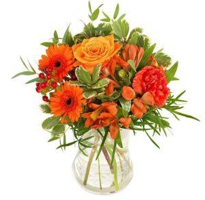 Euroflorists oktoberbukett. Blandade blommor i orange. Skicka blommorna med blomsterbud!