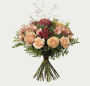Oktoberbuketten hos Interflora, med rosor, nejlikor, santini och deko kryss. Varma höstfärger. Finns hos Interflora.